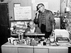 na zdjęciu: John van Hengel (rozmawia przez telefon) ze swoim współpracownikiem -Kenny Ramsey.